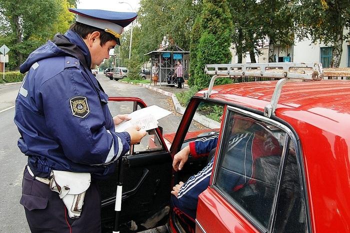 Как должен вести себя сотрудник ГИБДД после остановки транспортного средства?